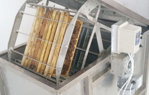 Horizontal honey extractors